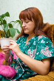 Knits de las mujeres en los rayos Fotos de archivo libres de regalías
