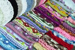 Knitted behandla som ett barn beanies på marknaden Arkivfoton