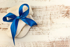 Knitted behandla som ett barn sockor med blåttbandet på träyttersidan Fotografering för Bildbyråer