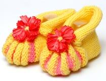 Knitted lavora all'uncinetto il bambino delle scarpe neonato immagini stock libere da diritti