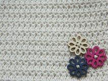 Knitted lavora all'uncinetto il modello e 3 bottoni di legno fotografia stock