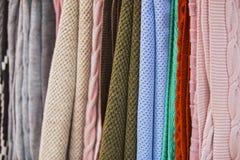 Knitted mång--färgade pläd, filtar, stack tygtexturer i lagret royaltyfria foton