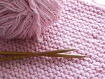 Knitted tricotant avec des aiguilles de tricotage Photographie stock libre de droits