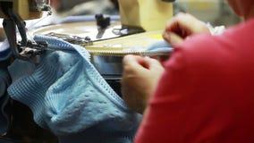 Knitter ισιώνει το βρόχο στο πλεκτό προϊόν απόθεμα βίντεο