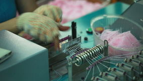 Knitter που εργάζεται για την ημιαυτόματη μηχανή απόθεμα βίντεο