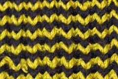 knitting Achtergrond gebreide textuur Heldere breinaalden Groen en bruin wolgaren voor het breien stock afbeeldingen