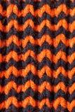 knitting Achtergrond gebreide textuur Heldere breinaalden Oranje en zwart wolgaren voor het breien stock foto