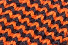 knitting Achtergrond gebreide textuur Heldere breinaalden Oranje en zwart wolgaren voor het breien royalty-vrije stock afbeeldingen
