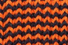 knitting Achtergrond gebreide textuur Heldere breinaalden Oranje en zwart wolgaren voor het breien stock afbeeldingen