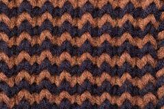 knitting Achtergrond gebreide textuur Heldere breinaalden Zwart en bruin wollen garen voor het breien royalty-vrije stock foto