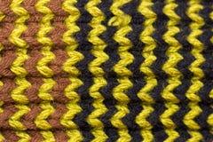 knitting Achtergrond gebreide textuur Heldere breinaalden Zwart, groen en bruin wollen garen voor het breien stock afbeelding