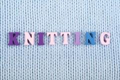 knitting Blauwe gebreide stoffentextuur Word van ABC-alfabetbrieven die wordt samengesteld stock fotografie