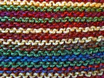 knitting Gebreide multicolored stof Het breien textuur Concept energie De ambachten van de hobbysvrije tijd royalty-vrije stock afbeeldingen