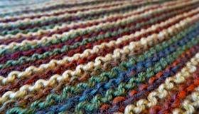 knitting Gebreide multicolored stof Het breien textuur Concept energie De ambachten van de hobbysvrije tijd stock afbeeldingen