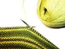 knitting Gebreide stof, breinaalden en een streng van garen Het werkproces De ambachten van de hobbysvrije tijd royalty-vrije stock afbeeldingen