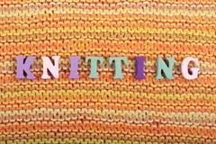 knitting Gebreide stoffentextuur Word van ABC-alfabetbrieven die wordt samengesteld stock foto