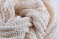 knitting Pieza de la bufanda hecha a mano cremosa Fotos de archivo libres de regalías