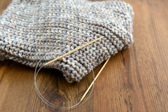 Knitting scarf with wool Royalty Free Stock Images