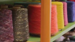 Knitwear εργοστάσιο - το άτομο παίρνει το κουβάρι απόθεμα βίντεο