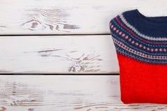 Knitwear πουλόβερ στον άσπρο πίνακα στοκ εικόνες