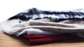 Knitwear или шерстяные одежды на деревянном столе дома сток-видео