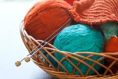 Knitwork工具和螺纹球在篮子 库存照片