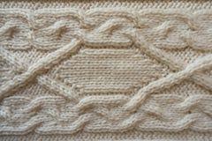 Knitwork fait main crème avec le modèle horizontal de tresse Images libres de droits