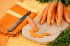 kniv för cutting för brädegruppmorötter arkivfoto