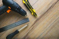 Kniv för skruvmejsel för linjal för reparationshjälpmedeldrillborr på träbakgrund fotografering för bildbyråer