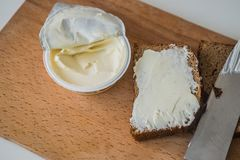 Kniv med smörgås arkivfoto