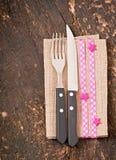 Kniv och gaffel med servetten Royaltyfria Bilder