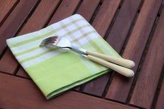 Kniv och gaffel på den kulöra torkduken Royaltyfri Bild