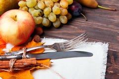 Kniv och gaffel på trätabellen Arkivfoton