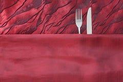 Kniv och gaffel som par i säng fotografering för bildbyråer