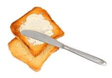 Kniv på frasiga rostade bröd för spridning royaltyfri bild