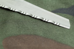 Kniv på kamouflagebakgrund Fotografering för Bildbyråer