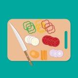 Kniv på skärbräda- och grönsakskiva Royaltyfri Fotografi