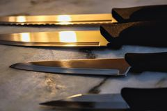 Knivar på en tabell royaltyfria foton