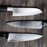 Knivar på träbräde fotografering för bildbyråer