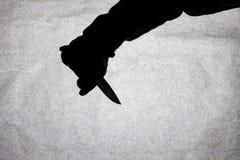 Kniven i handen av män som är klar att anfalla hans offer Avbrott av lagen och av brottet Attack med en kniv Kontur på a arkivbild