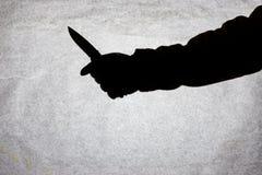 Kniven i handen av män som är klar att anfalla hans offer Avbrott av lagen och av brottet Attack med en kniv Kontur på a arkivbilder