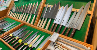 Kniven shoppar i den Tsukiji fiskmarknaden, Tokyo, Japan Arkivbilder