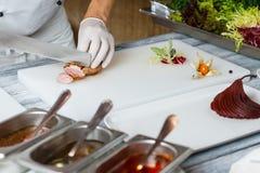 Knivsnitt lagade mat kött Royaltyfria Bilder