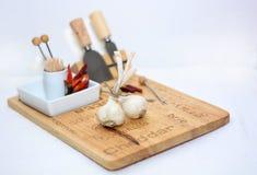 Knoblauch auf dem Küchenbrett lizenzfreie stockbilder