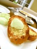 Knoblauch-Brot mit tadelloser Butter Lizenzfreie Stockfotos