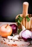 Knoblauch, frische Kräuter der Zwiebel auf altem hölzernem Brett Lizenzfreies Stockfoto