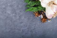 Knoblauch, Gewürze und Dill auf schwarzem Hintergrund Stockfotos