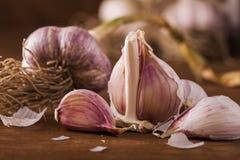 Knoblauch ist für sein scharfes Aroma am meisten benutzt Stockfotos