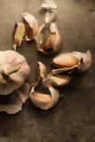 Knoblauch mit künstlerisch zerstreuten Nelken um 6 Stockbild