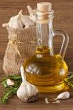 Knoblauch, Olivenöl und Rosmarin. Stockfoto